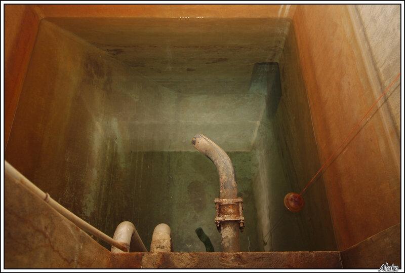 dans ce puits, l'eau arrive sans devoir être pompée...tant que la nappe phréatique est remplie !