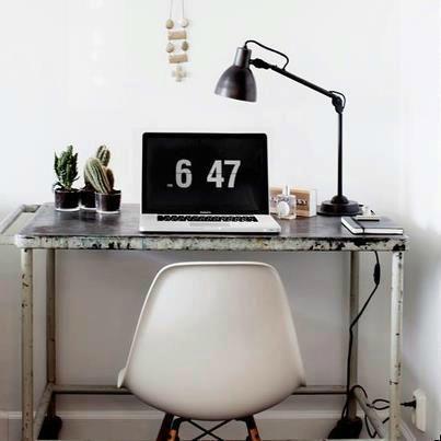 bureau et lampe indus