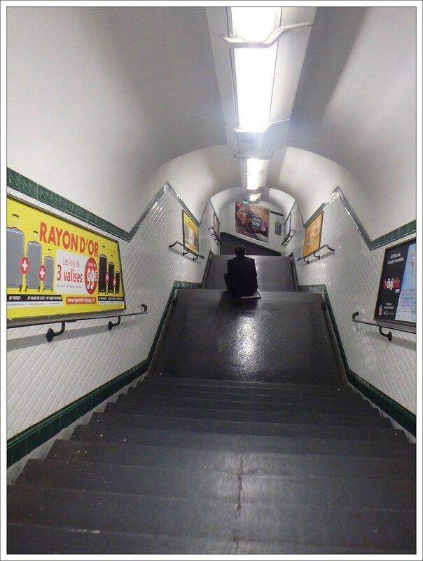 Buttes Chaumont escalier homme assis 062016
