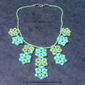 Collier fleurs bleues et vertes