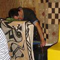 Non, non, il ne dort pas ! Il règle le son de la sono ! :o)