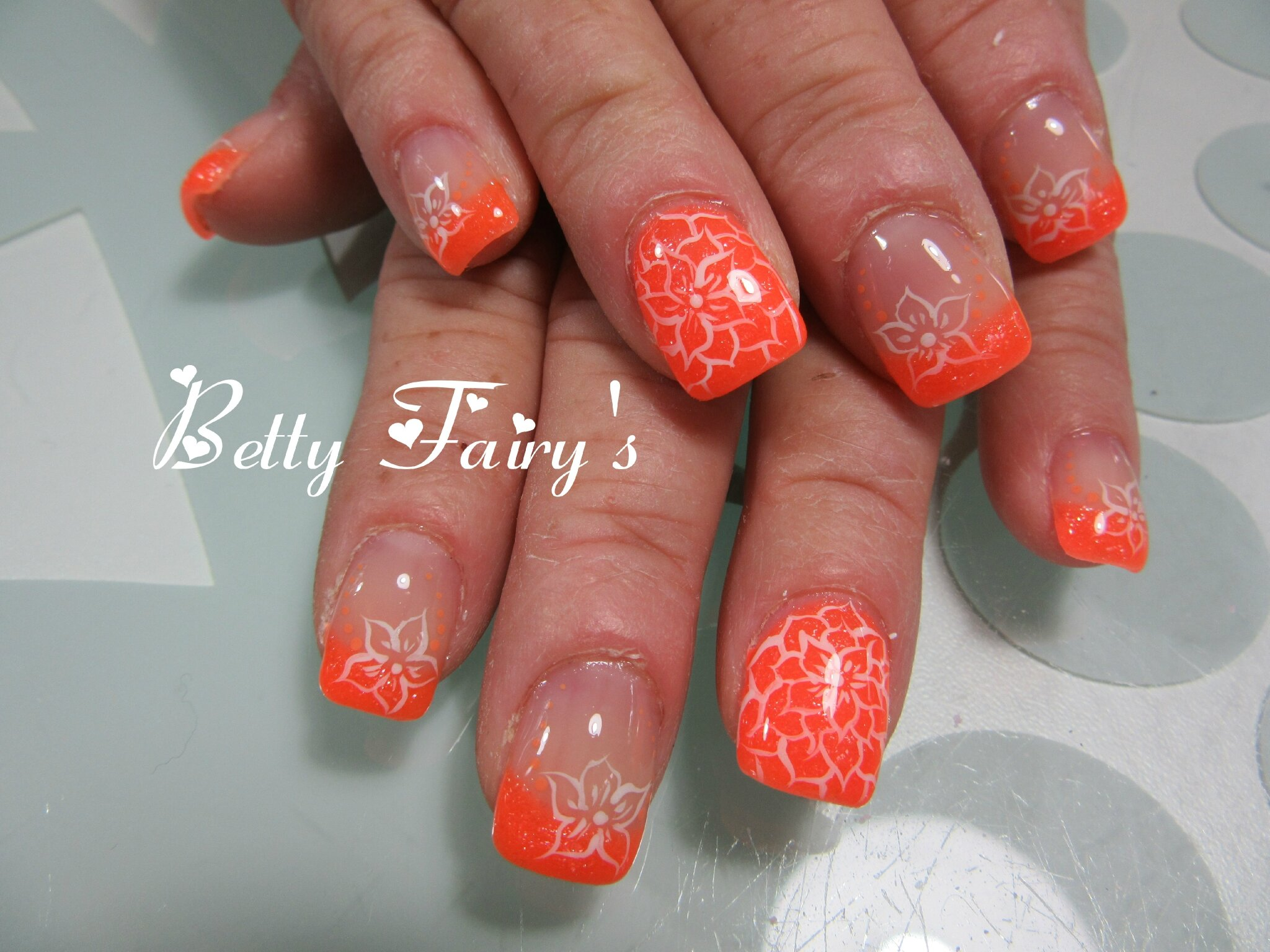 French orange fluo pailleté, gel mask, déco blanche et orange.
