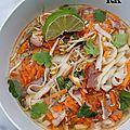 Soupe aux nouilles udon, crabe, porc et ngo gai