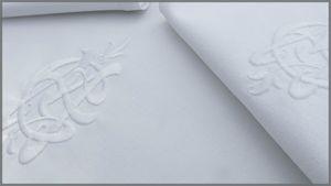 Nappe et serviettes brodée savec initiales CM avec cadre