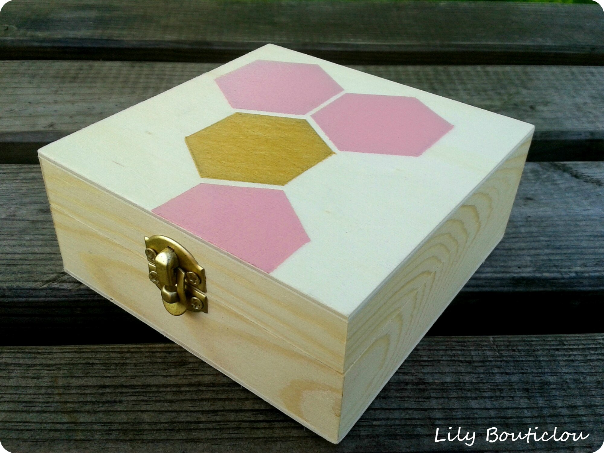 comment customiser une boite en bois. Black Bedroom Furniture Sets. Home Design Ideas