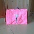 Cartable en toile enduite, doublé de tissu négatif rose fluo et blanc, fermeture aimantée broderie argentée personnalisée, 40€