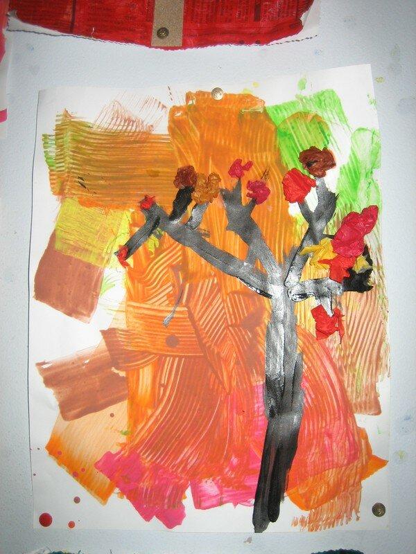 détail arbre des MS, fond gouache et carton ondulé, arbre pinceau et Alizarine noire, feuilles papier de soie collé en boules