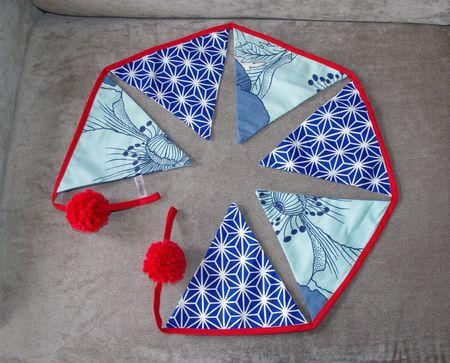 guirlande fanions bleus rouges style origami japonais pompons rouges