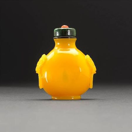 A_fine_yellow_glass_snuff_bottle