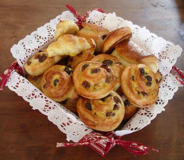 croissants, pains au chocolat et pains aux raisins et pépites de chocolat (49)