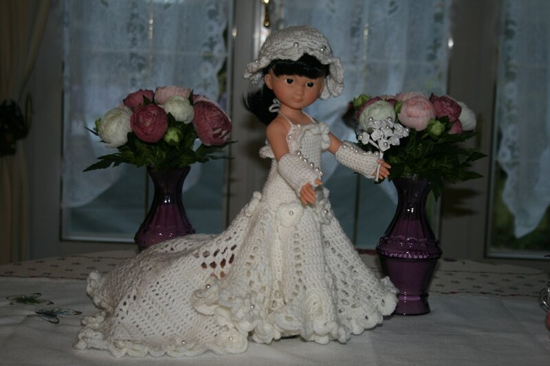 Capucine en robe de mariée de côté 1