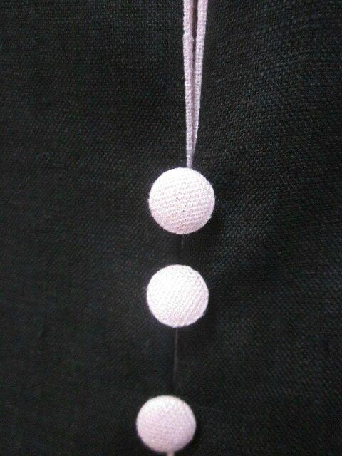Robe ODETTE en lin noir avec pli creux dos et petits boutons recouverts en lin rose pailleté - Taille 54 (1)