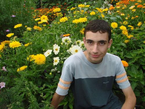 2008 08 28 Cyril devant son mélange de fleurs pour abeilles