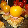 Pic de tortillas de chips, jambon cru ou saumon fumé et tomate cerise