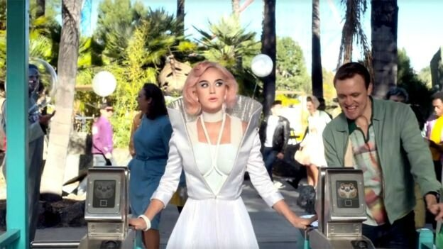 Katy_Perry_is_wearring_on_aura_tout_vu_for_her_new_music_video_Chained_to_the_Rythm_H