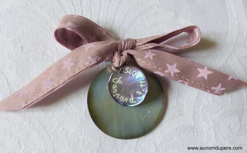 Médaille d'ange en nacre (sur fond Tourterelle étoiles roses) verso