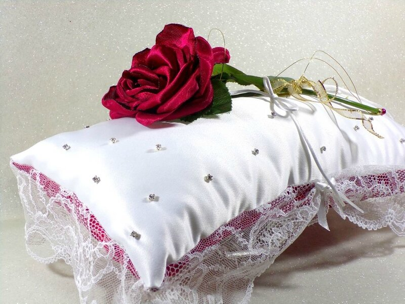 Coussin d'alliances rouge blanc strass dentelle satin mariage