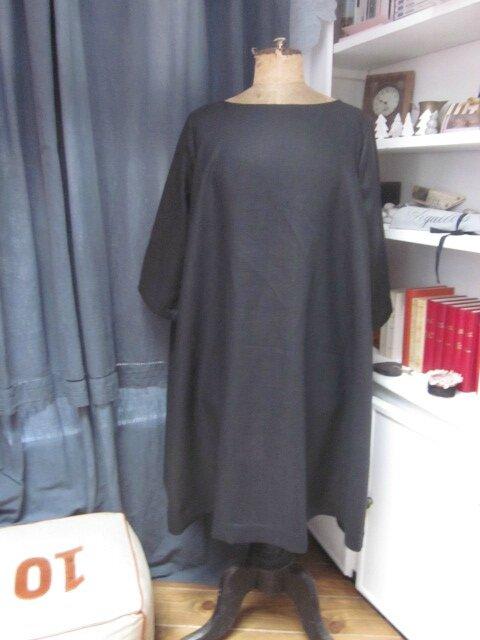Robe ODETTE en lin noir avec pli creux dos et petits boutons recouverts en lin rose pailleté - Taille 54 (2)