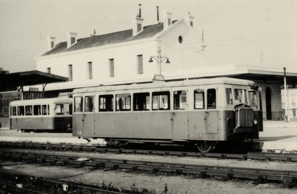 051c5209714a2 Après-guerre, la dieselisation était engagée pour le trafic marchandises  avec 5 locotracteurs amorçant le retrait de la traction vapeur effectif en  1954.
