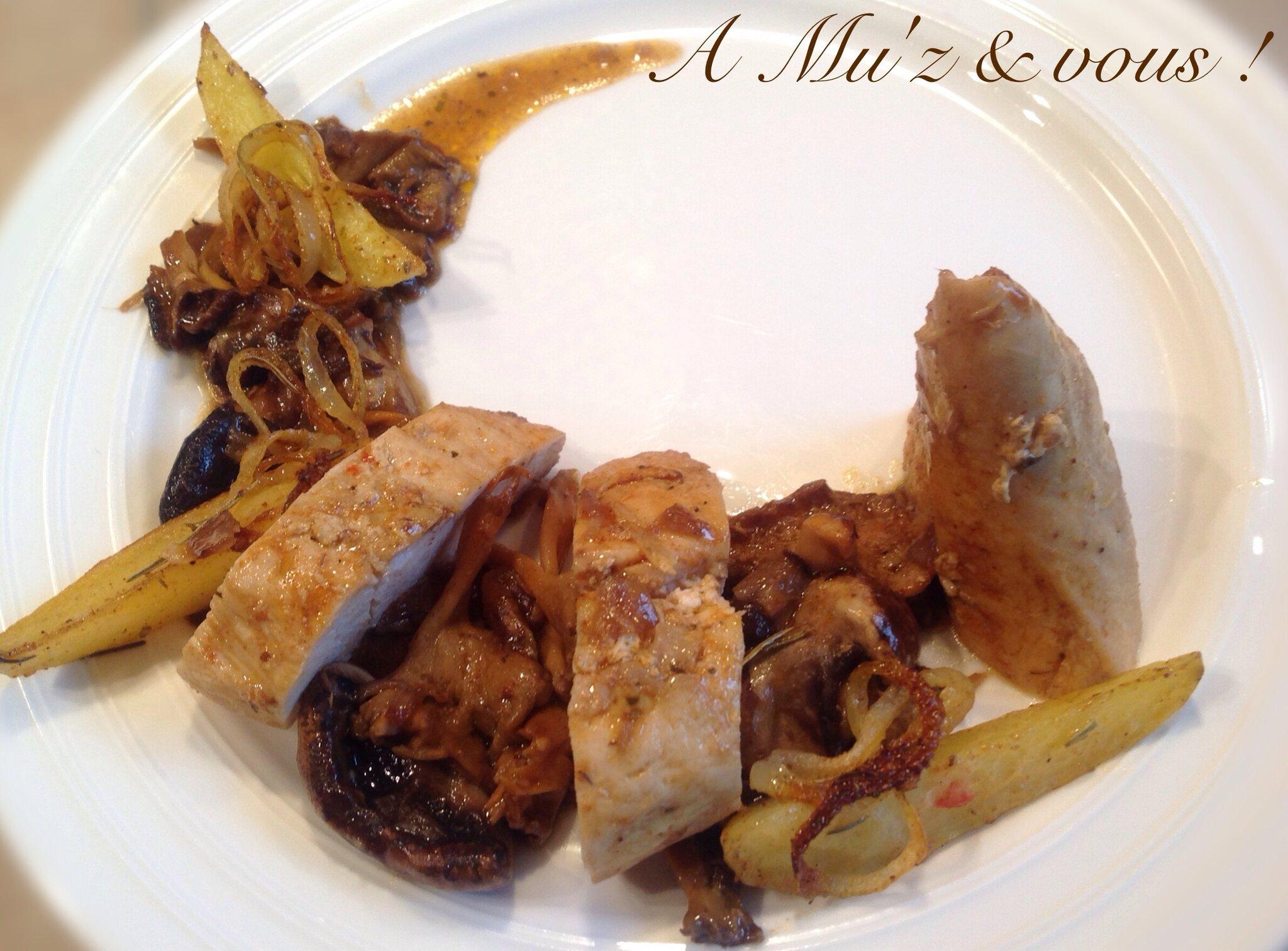 Filet de poulet, champignons des bois sautés à la truffe, pommes de terre grillées au four