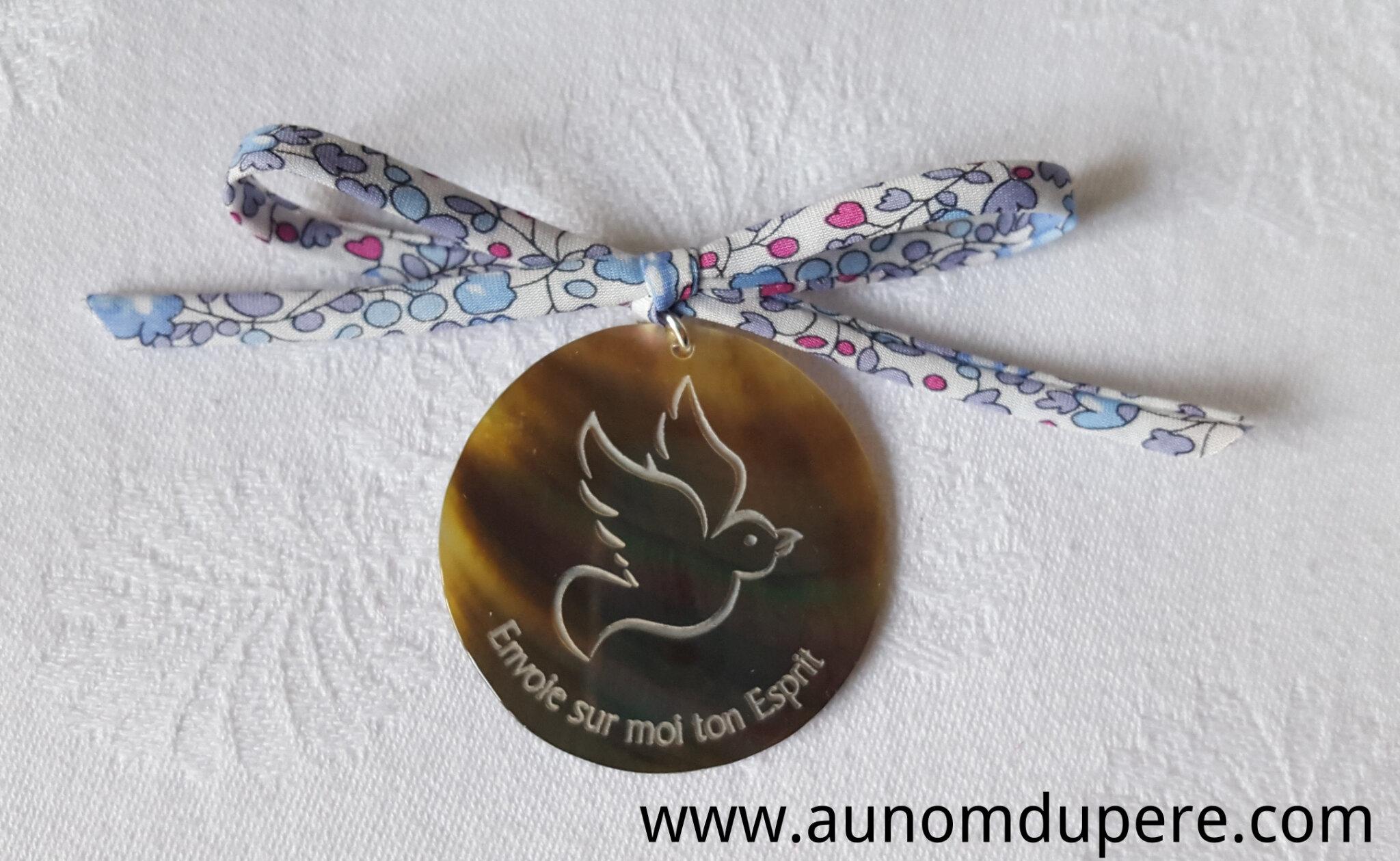 Médaillon colombe en nacre sur cordon Liberty (Eloïse bleu) - 22 €