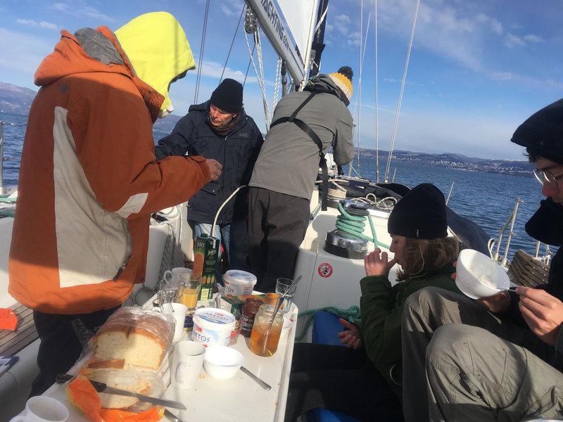 Petit déjeuner en quittant le fjord d'Omisalj