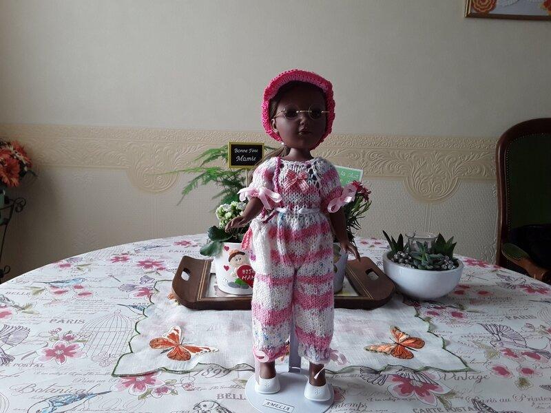 Amèlya est contente avec cette jolie tenue Louise
