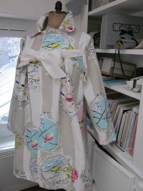 Manteau AGLAE en toile de coton rayée écru et beige imprimé oiseaux rose et ciel - noeud de lin écru (6)