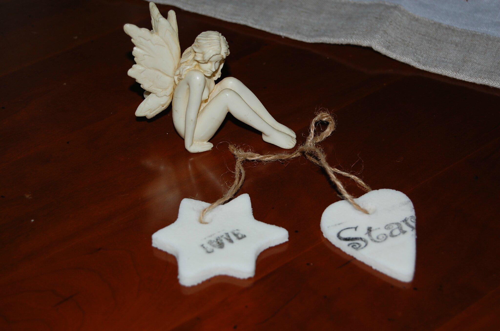 étoile et coeur sous le regard d'un elfe