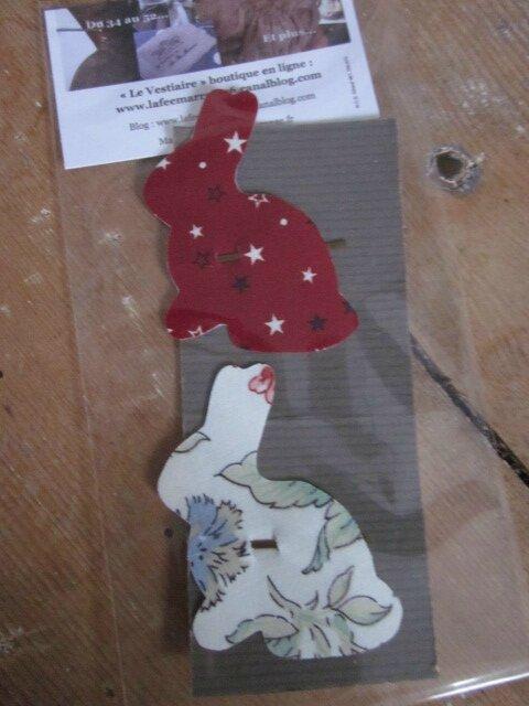 Carte de 2 pinces à cheveux LAPIN - une en coton couge à étoiles - l'autre en coton fleuri sur fond écru(5)