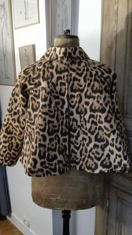Veste VICTORINE en toile de coton imprimé léopard - Doublure de satin noire (2)