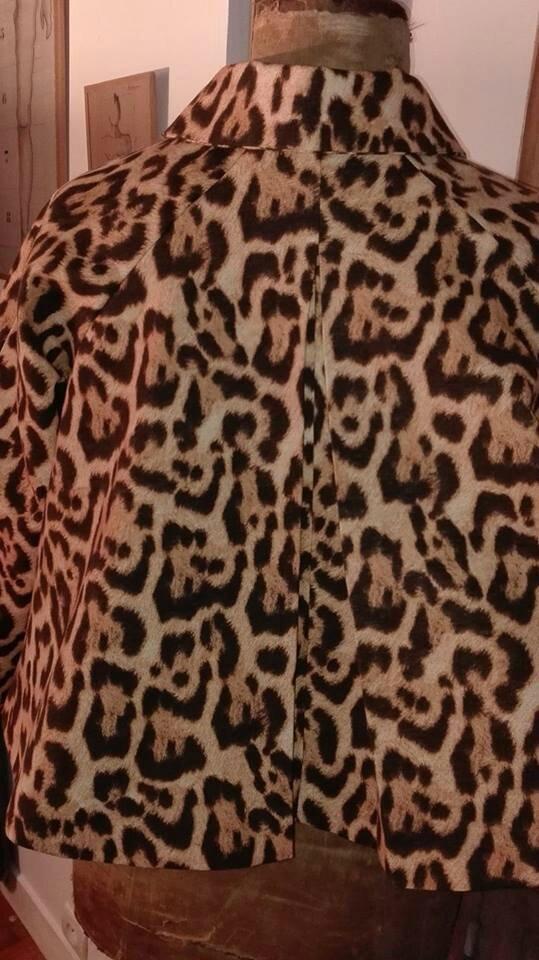 Veste VICTORINE en toile de coton imprimé léopard - Doublure de satin noire (9)
