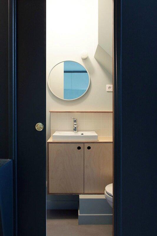 derriere-la-porte-a-galandage-une-petite-salle-de-bains-bien-equipee_5575841