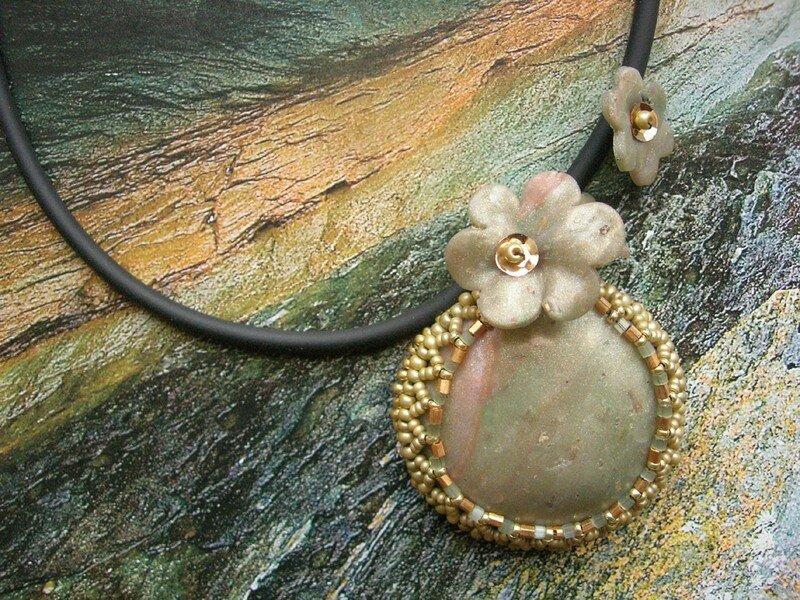 Du tissage de perles pour mettre en valeur quelques fleurs en fimo (vue 1 du collier)