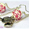 Des perles en porcelaine ... une touche liberty romantique et rétro ... des pelotes de laine ... des boucles d'oreille !!