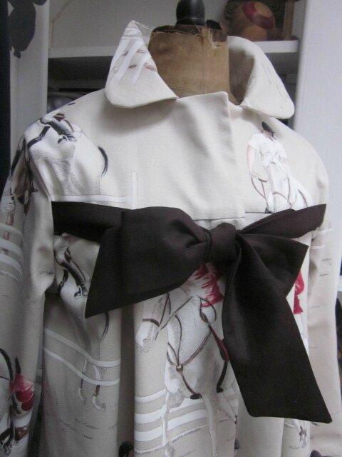 Manteau AGLAE en toile de coton beige clair imprimé chevaux de courses, fermé par un noeud de lin chocolat (5)
