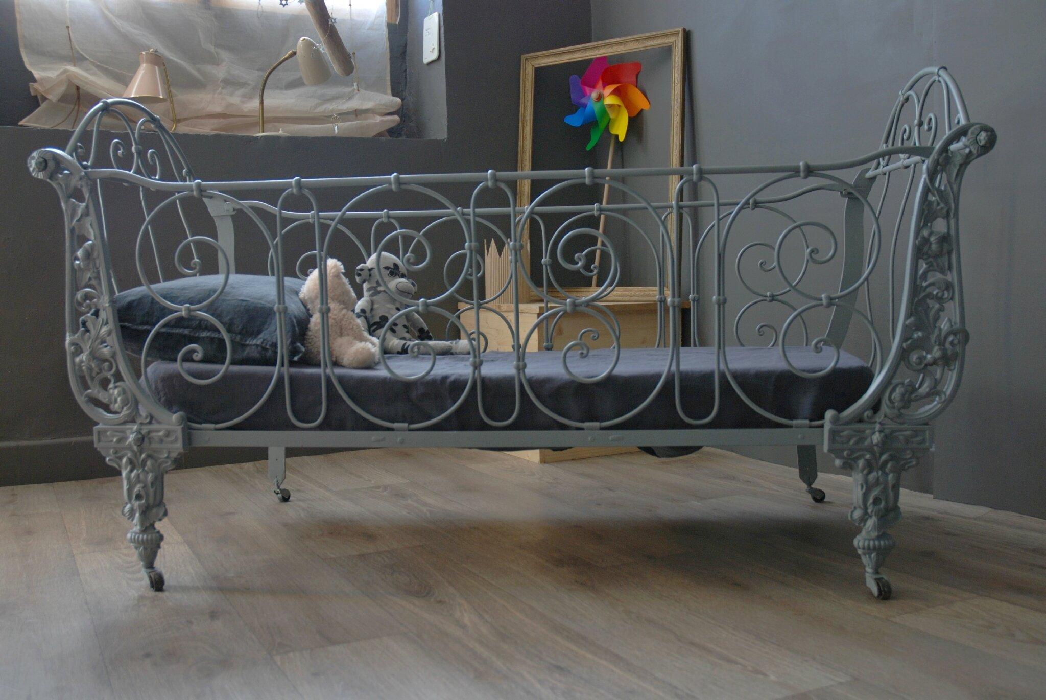ancien lit en fer forg vendu atelier vintage. Black Bedroom Furniture Sets. Home Design Ideas