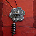 Pendentif multi fleur gris noir avec pendant (N)