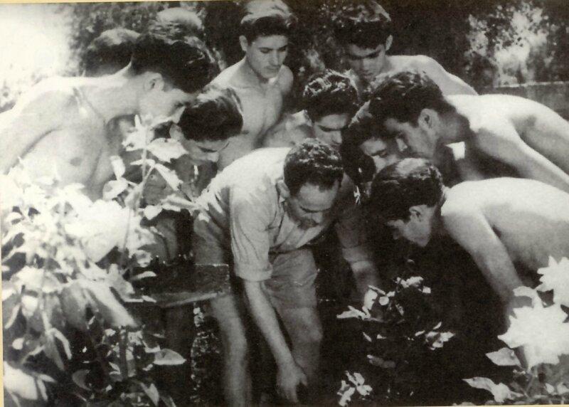 Elias Harrus entouré par ses étudiants