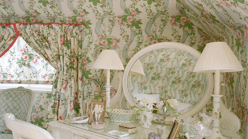 matilda goad house garden-strawberry sanderson wallpaper