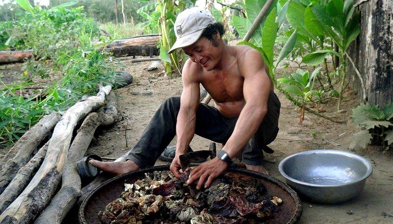 Homme Kavet coupant la viande