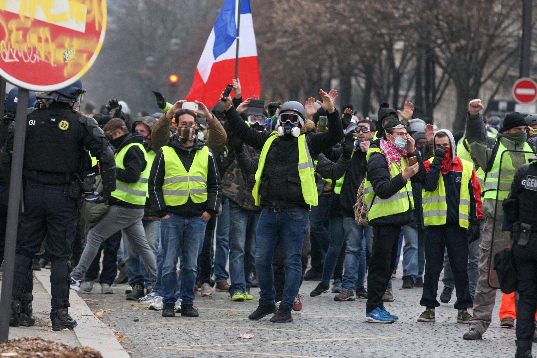 L'Arc de triomphe, terrain d'affrontement entre « gilets jaunes » et policiers. © Michel Stoupak. Sam 01.12.2018, 09h14m15.