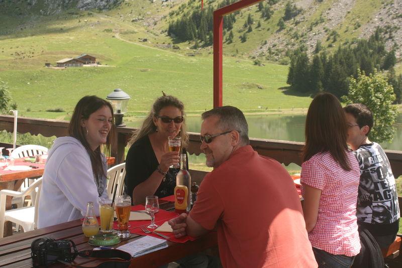Repas en terrasse entre amis