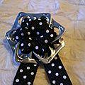 broche ruban coton noir petits poids blancs