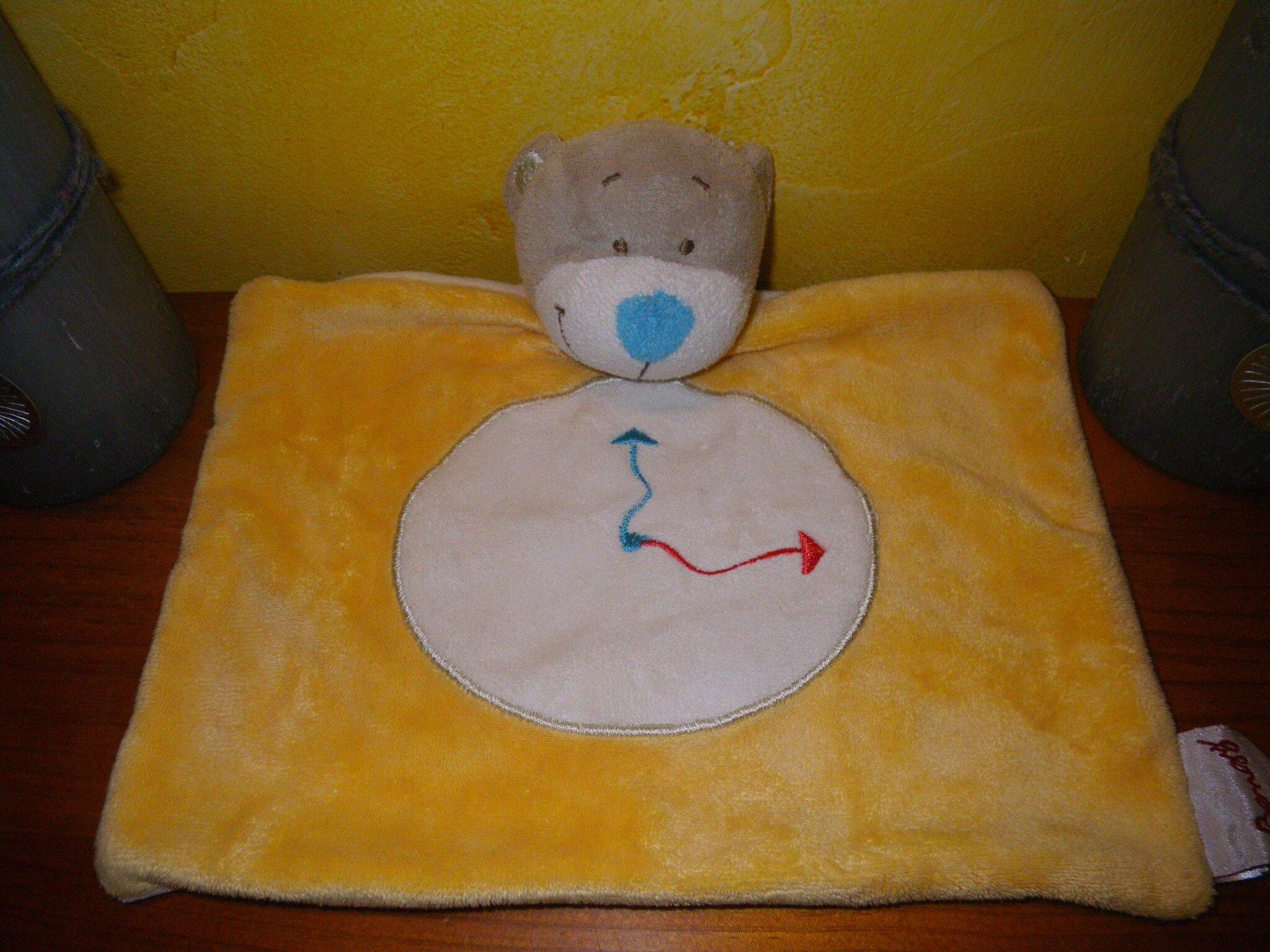 ours marque Bengy avec motif horloge. doudou plat jaune nez bleu