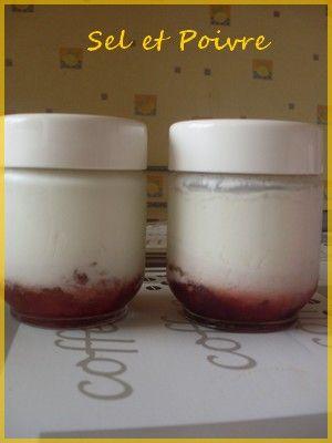 Yaourts à la confiture fraise et pétales de roses