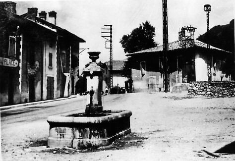La place de la libération et sa fontaine au début du 20ème siècle