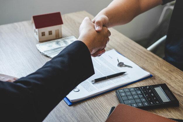 voltooiing-van-succesvolle-deal-van-onroerend-goed-makelaar-en-client-handen-schudden-na-ondertekening-contract-goedgekeurd-aanvraagformulier-betreffende-hypothecaire-leningaanbieding-en-huisverzekering_122498-248