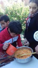 Oussama ajoute de l'eau