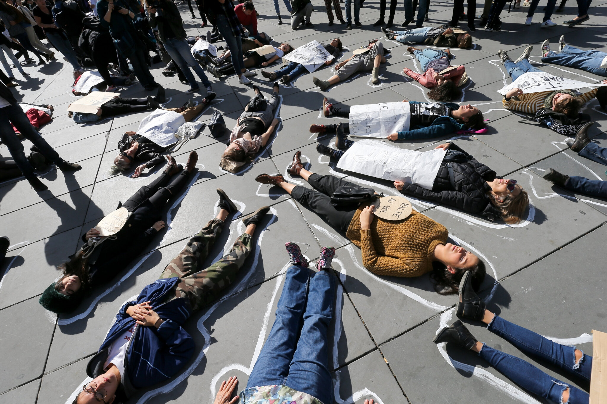 Die-In à Paris pour #MeToo. © Michel Stoupak. Sam 29.09.2018, 13h43m38.